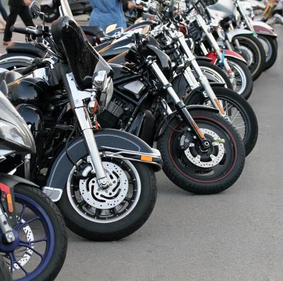 parkende Motorräder Motorradtreffen